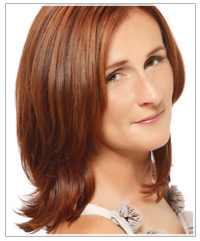 Model with medium length copper hair