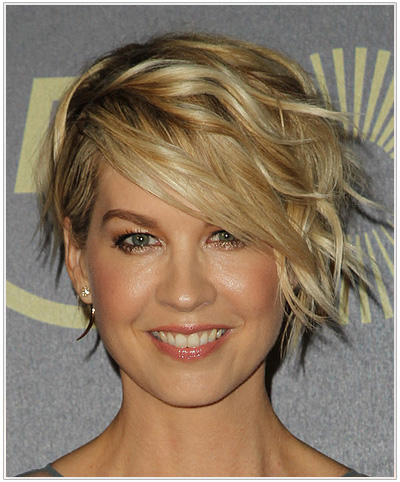 Jenna Elfman Short Wavy Hairstyle with Bangs