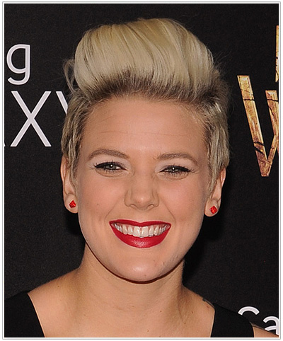 Betty Who Short Straight Hairstyle for Oblong Faceshape.