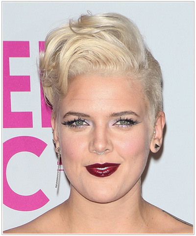 Betty Who Short Straight Blonde Hairstyle for Oblong Faceshape.