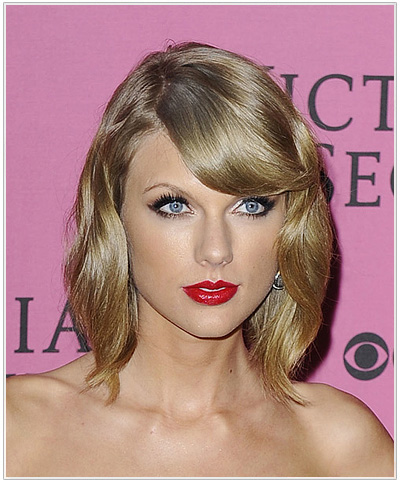 Taylor Swift Medium Wavy Blonde Hairstyle.