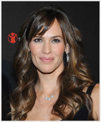 Jennifer Garner Long Wavy Hairstyle with Streaky Highlights.