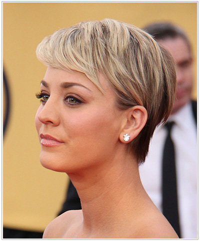 Kaley Cuoco Short Straight Hairstyle for Round Face Shapes.