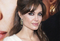 Angelina-jolies-makeup-style-side