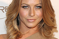 Julianne-hough-seventies-inspired-hairstyle-and-makeup-side