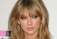 Taylor swift casual hairstyle and makeup